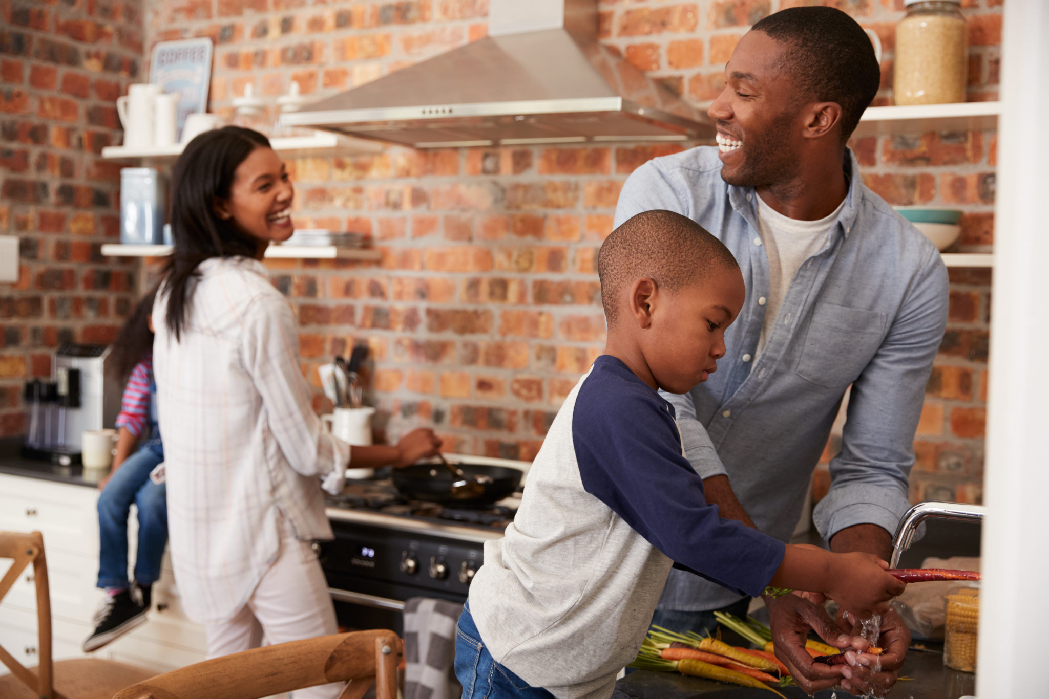 parents with child cooking